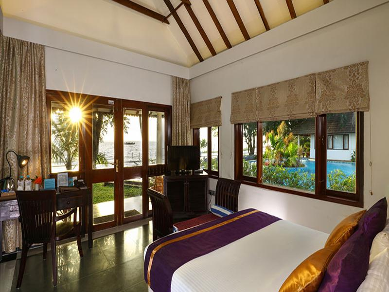 Lakefront Luxury Villas With Plunge Pool