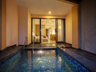 Deluxe Pool Suite Room